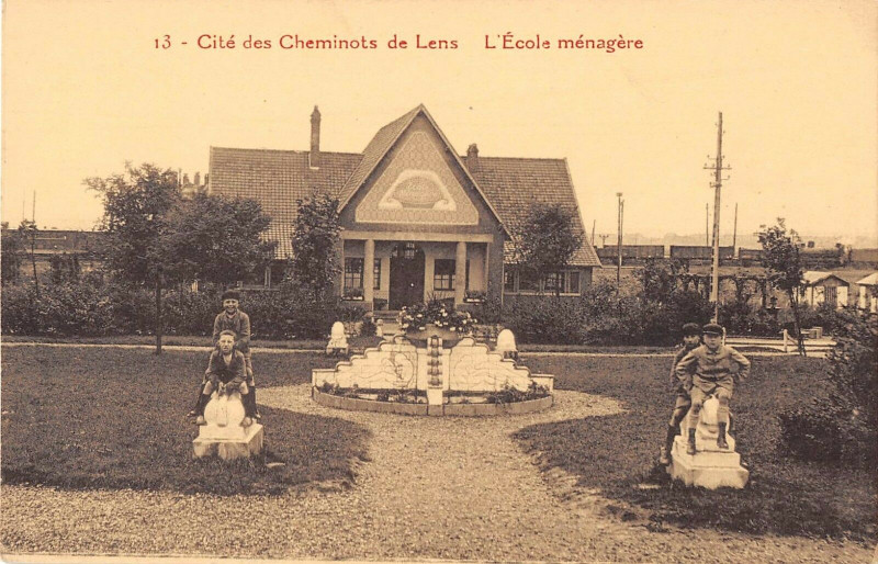 Carte postale ancienne Cite Des Cheminots De Lens L'Ecole Menagere à Lens