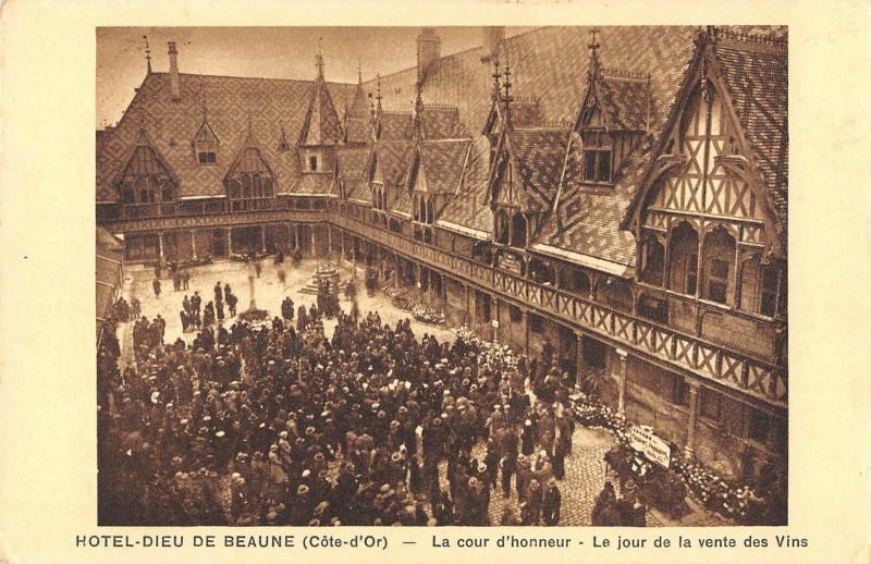Carte postale ancienne Hotel Dieu De Beaune La Cour D'Honneur Jour De La Vente Des Vins à Beaune