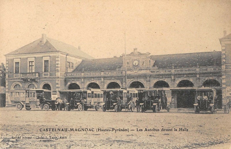 Carte postale ancienne Castelnau Magnoac Les Autobus Devant La Halle à Castelnau-Magnoac