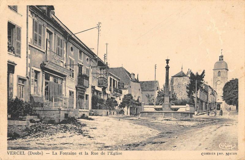Carte postale ancienne Vercel La Fontaine Et La Rue De L'Eglise à Fontain