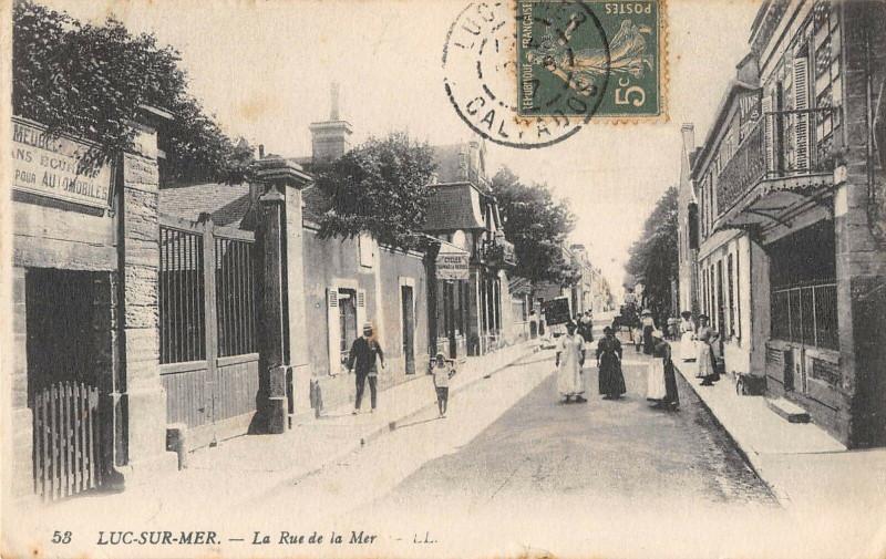 Carte postale ancienne Luc Sur Mer La Rue De La Mer à Luc-sur-Mer