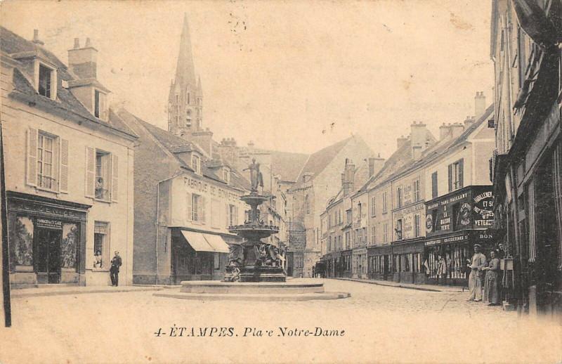 Carte postale ancienne Etampes Place Notre Dame à Étampes