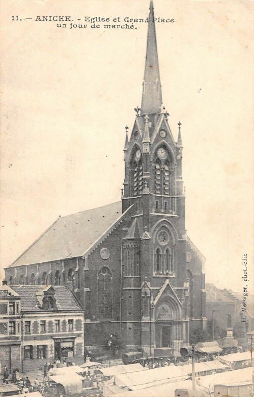 Carte postale ancienne Aniche Eglise Et Grand Place Un Jour De Marche à Aniche