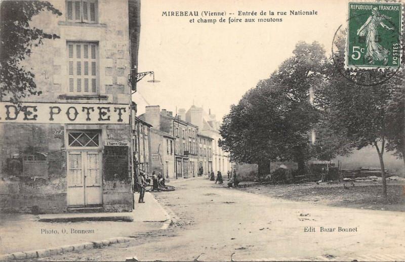 Carte postale ancienne Mirebeau Entree De La Rue Nationale Et Champ De Foire Aux Moutons à Mirebeau