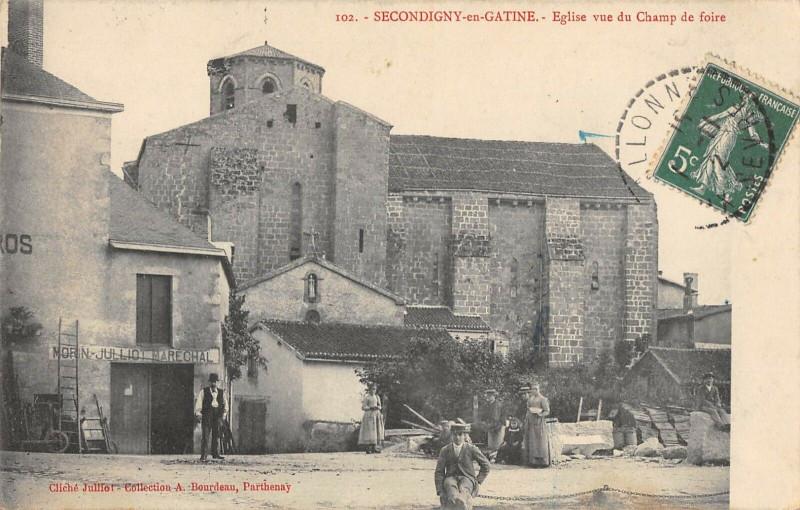 Carte postale ancienne Secondigny En Gatine Eglise Vue Du Champ De Foire à Secondigny