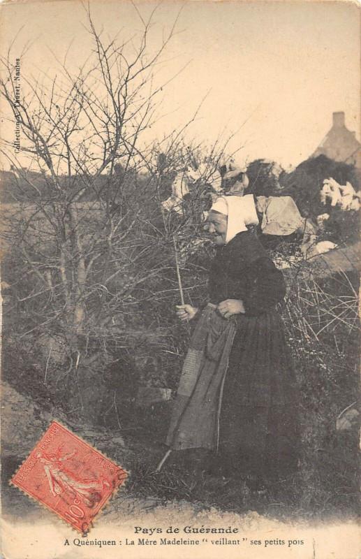 Carte postale ancienne Pays De Guerande A Queniquen La Mere Madeleine Ses Petits Pois à Guérande