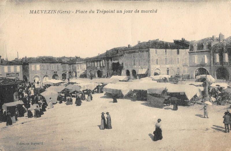 Carte postale ancienne Mauvezin Place Du Trepoint Un Jour De Marche à Mauvezin