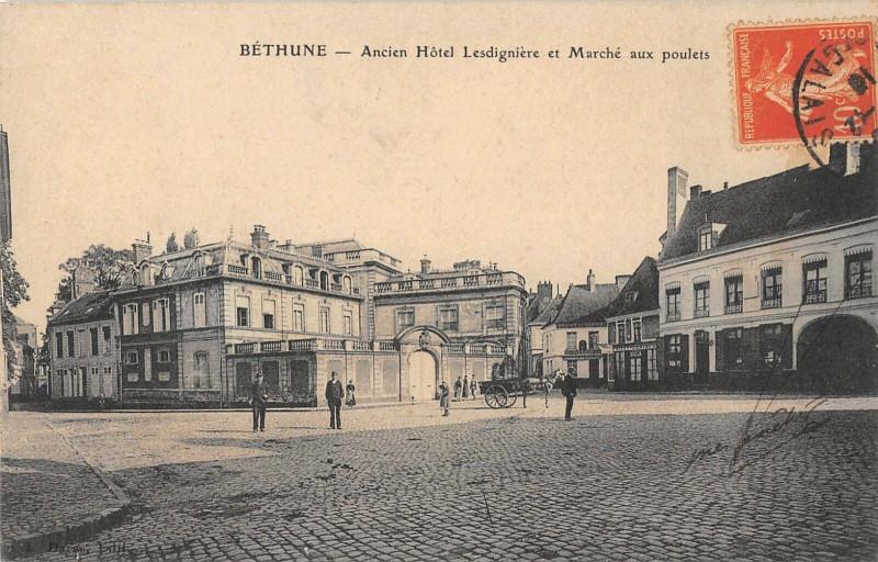 Carte postale ancienne Bethune Ancien Hotel Lesdigniere Et Marche Aux Poulets à Béthune