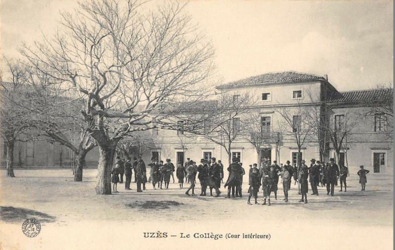 Carte postale ancienne Uzes Le College Cour Interieure à Uzès