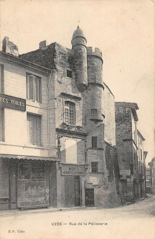 Carte postale ancienne Uzes Rue De La Pelisserie à Uzès