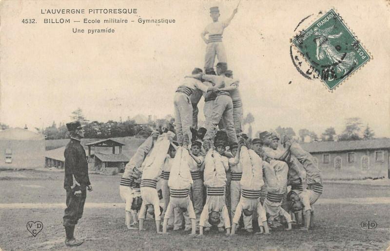 Carte postale ancienne Billom Ecole Militaire Gymnastique Une Pyramide à Billom