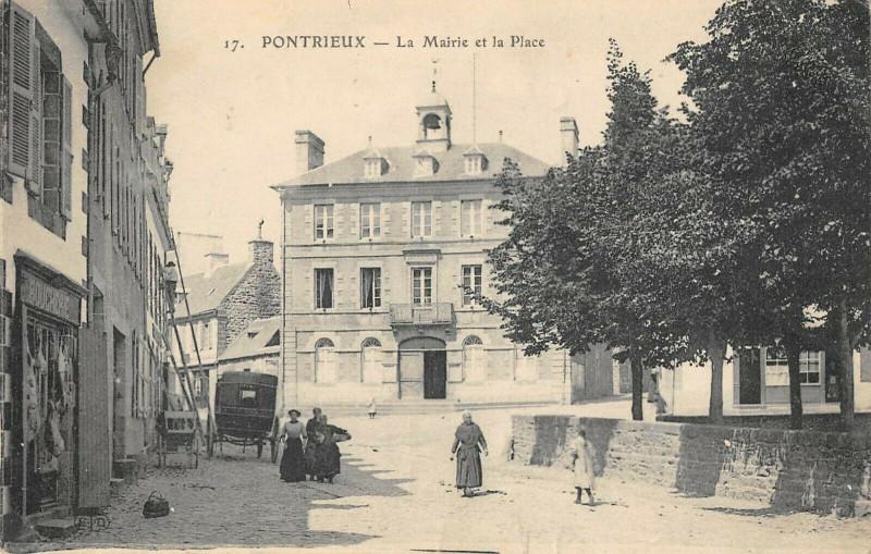 Carte postale ancienne Pontrieux La Mairie Et La Place à Pontrieux