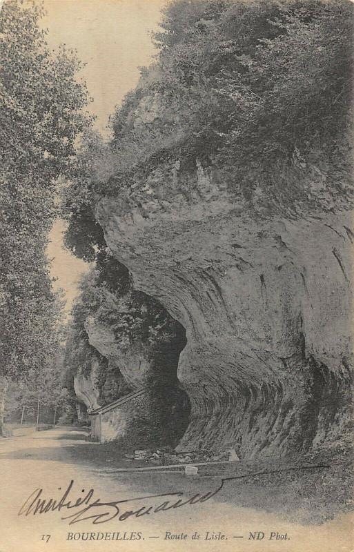 Carte postale ancienne Bourdeilles Route De Lisle à Bourdeilles