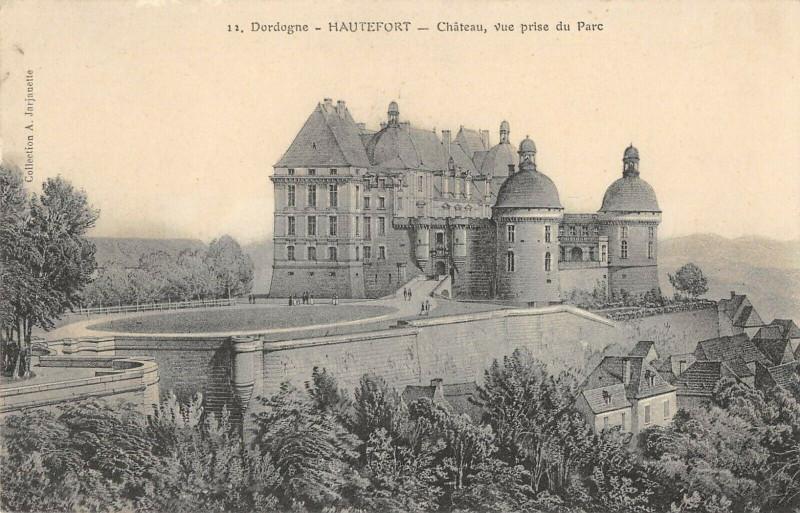 Carte postale ancienne Hautefort Chateau Vue Prise Du Parc à Hautefort