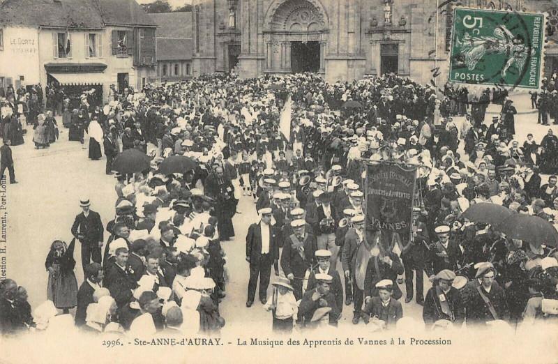 Carte postale ancienne Sainte Anne D'Auray La Musique Des Apprentis De Vannes A La Procession à Vannes
