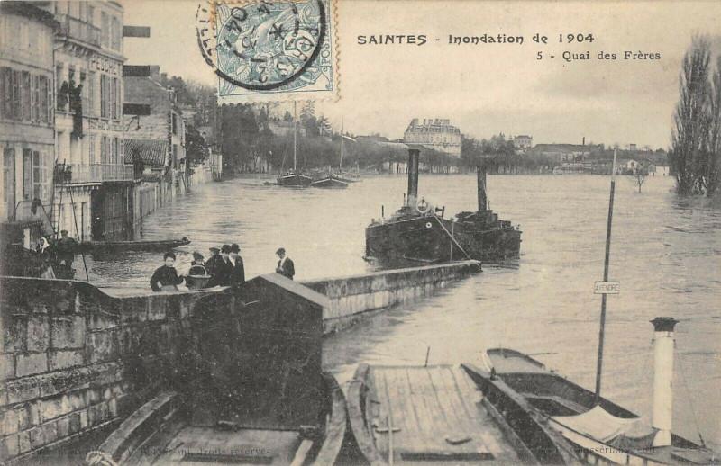 Carte postale ancienne Saintes Inondations 1904 Quai Des Freres à Saintes