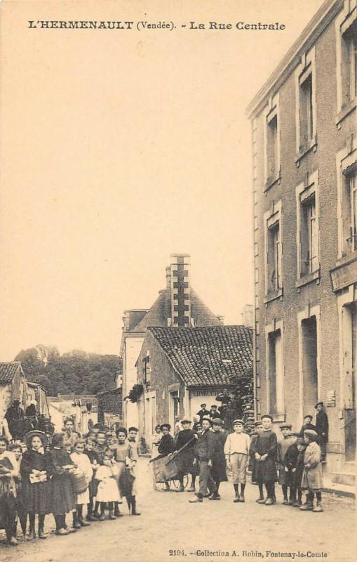 Carte postale ancienne L'Hermenault La Rue Centrale à L'Hermenault