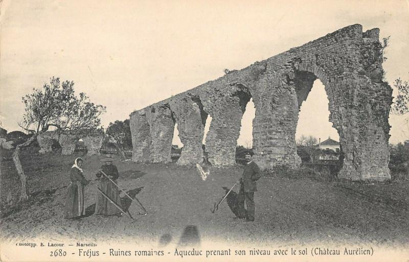 Carte postale ancienne Frejus Ruines Romaines Aqueduc Prenant Son Niveau Avec Le Sol à Fréjus