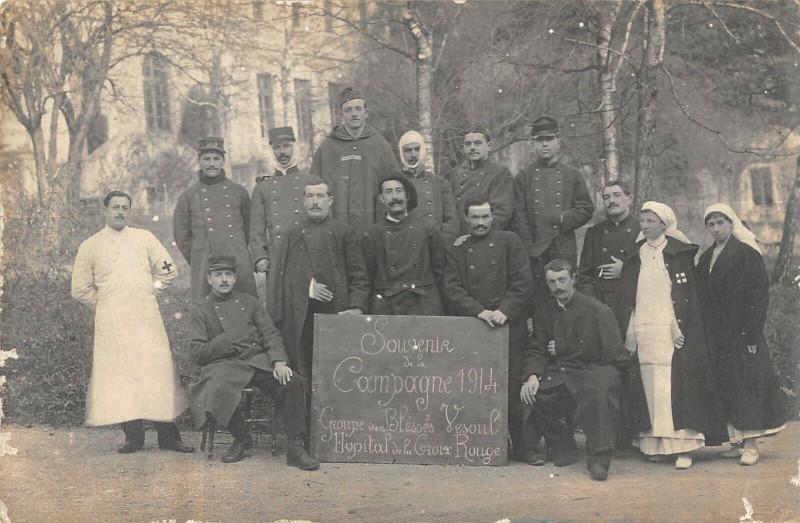 Carte postale ancienne Carte Photo Groupe De Blesses Vesoul Hopital De La Croix Rouge à Vesoul