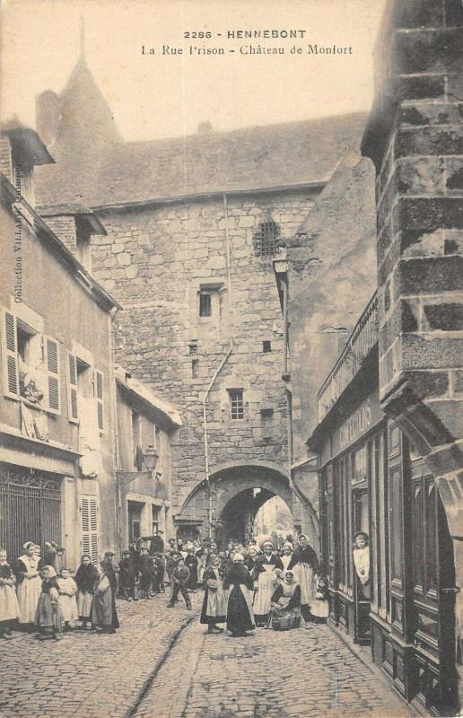 Carte postale ancienne Hennebont La Rue Prison Chateau De Monfort à Hennebont