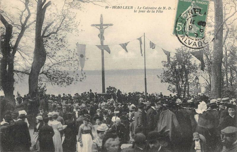 Carte postale ancienne Honfleur Le Calvaire Un Jour De Fete à Honfleur