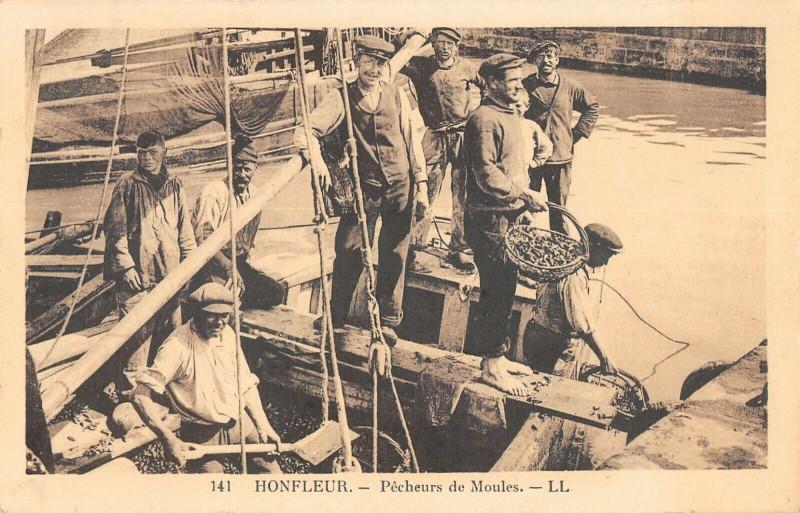 Carte postale ancienne Honfleur Pecheurs De Moules à Honfleur