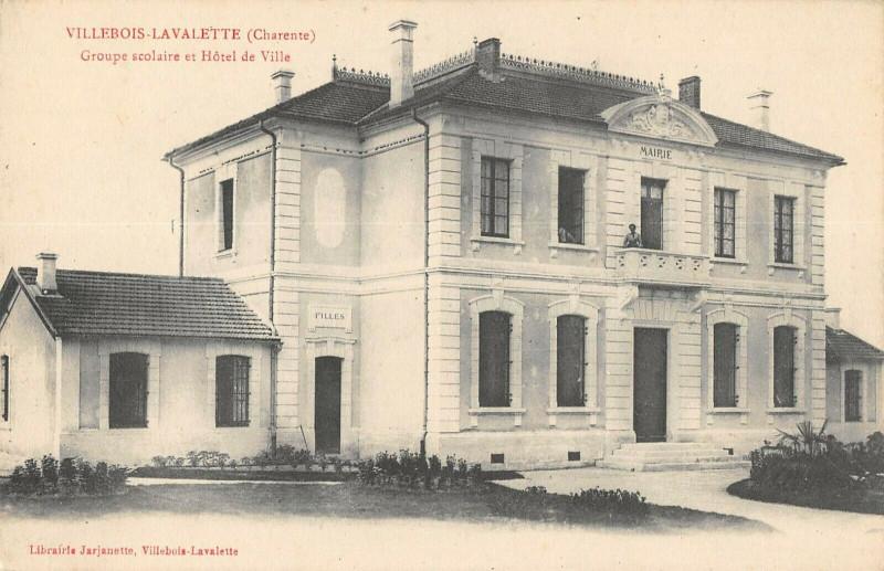 Carte postale ancienne Villebois Lavalette Groupe Scolaire Et Hotel De Ville à Villebois-Lavalette