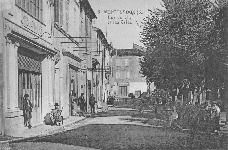 Carte postale ancienne Montauroux Rue Du Clot Et Le Cafe à Montauroux