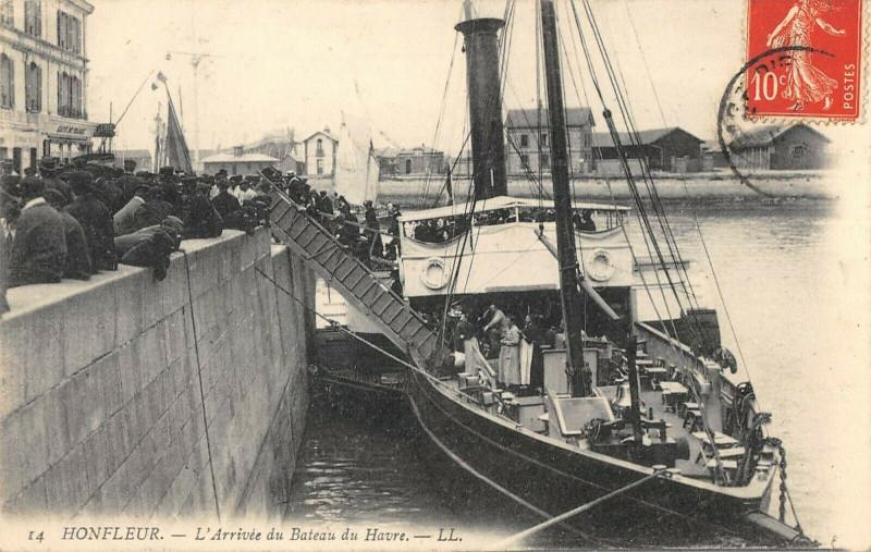 Carte postale ancienne Honfleur L'Arrivee Du Bateau Du Havre à Honfleur