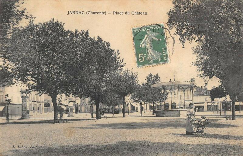 Carte postale ancienne Jarnac Place Du Chateau à Jarnac