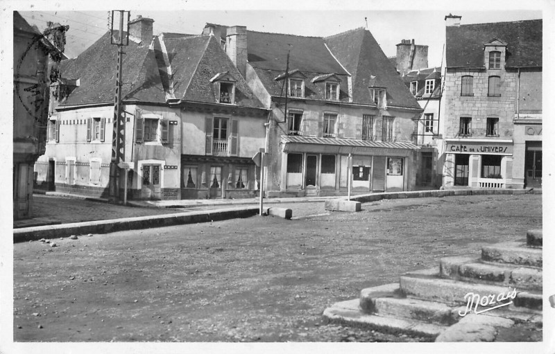 Carte postale ancienne Locmine Un Coin De La Place St Sauveur à Locminé