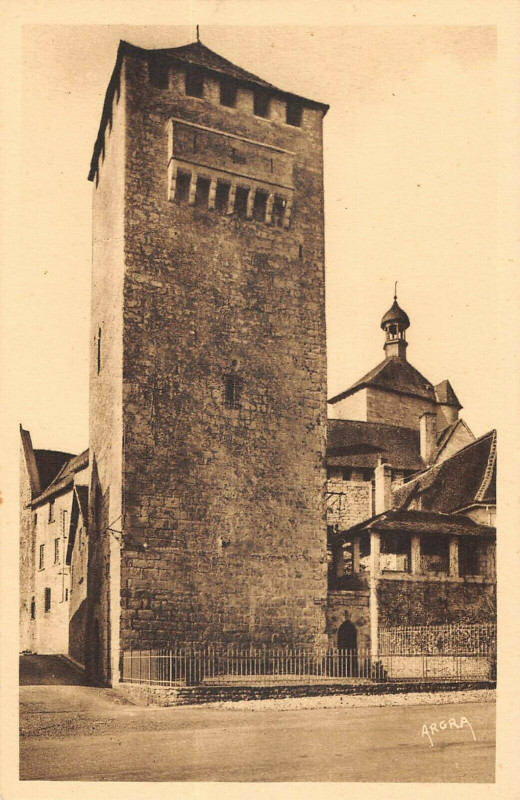 Carte postale ancienne Martel Tour Crenelee à Martel