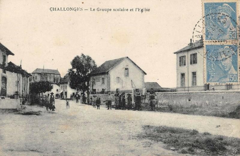 Carte postale ancienne Challonges Le Groupe Scolaire Et Eglise à Challonges