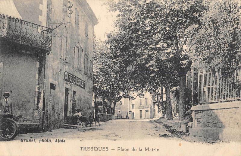 Carte postale ancienne Tresques Place De La Mairie (cliché rare Cafe Bousquet à Tresques