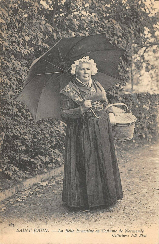 Carte postale ancienne Saint Jouin La Belle Ernestine En Costume De Normandie à Ernes