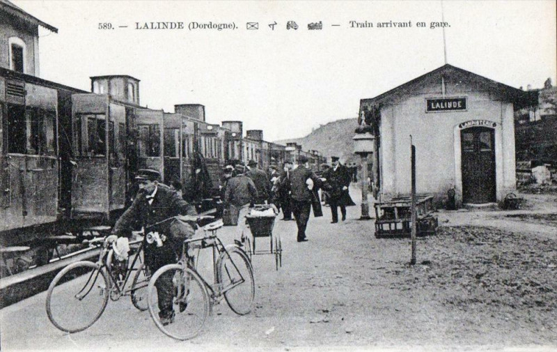 Carte postale ancienne Lalinde Train Arrivant En Gare (Gros Plan à Lalinde