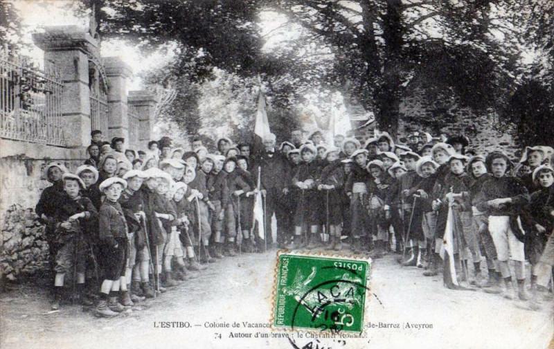 Carte postale ancienne L'Estibo Colonie De Vacances Mur De Barrez Autour D'Un Brave (Enorme Anim à Mur-de-Barrez