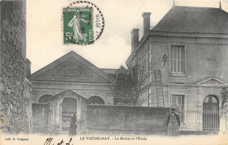 Carte postale ancienne Le Vaudelnay La Mairie Et Ecole à Vaudelnay