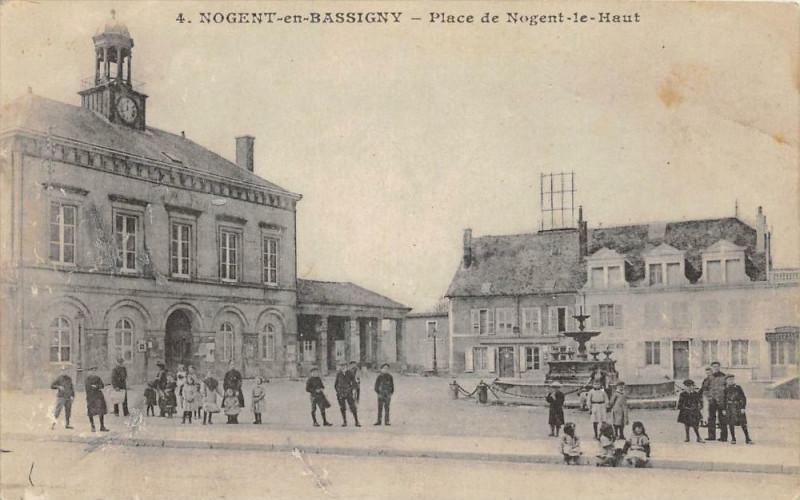 Carte postale ancienne Nogent En Bassigny Place De Nogent Le Bas à Nogent