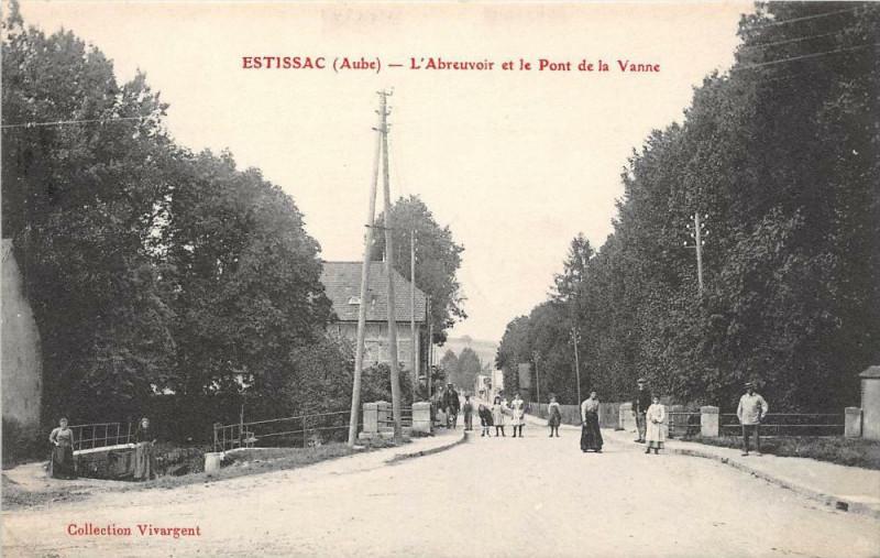 Carte postale ancienne Estissac L'Abreuvoir Et Le Pont De La Vanne à Estissac