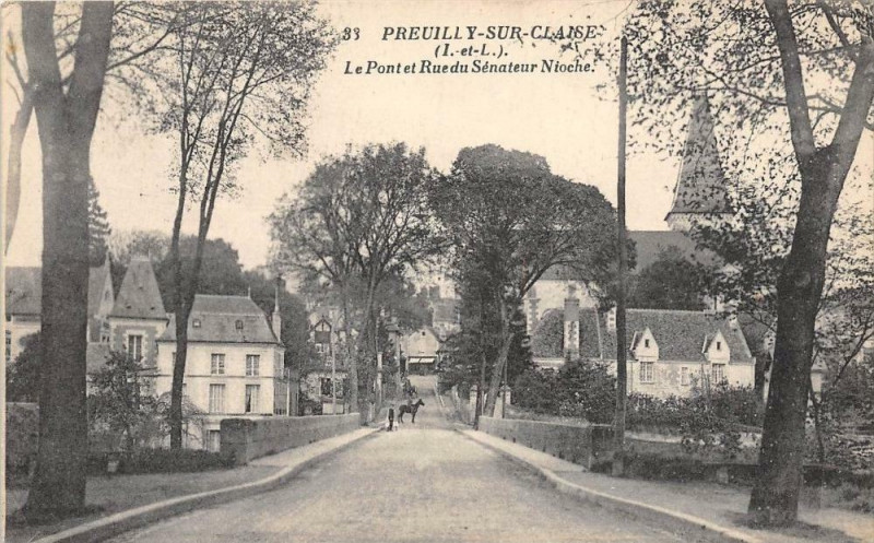 Carte postale ancienne Preuilly Sur Claise Le Pont Et Rue Senateur Nioche à Preuilly-sur-Claise