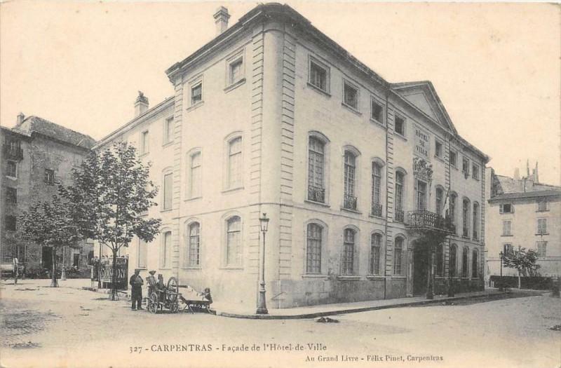 Carte postale ancienne Carpentras Facade De L´HOTEL De Ville ( rémouleur ou aiguiseur de couteau à Carpentras
