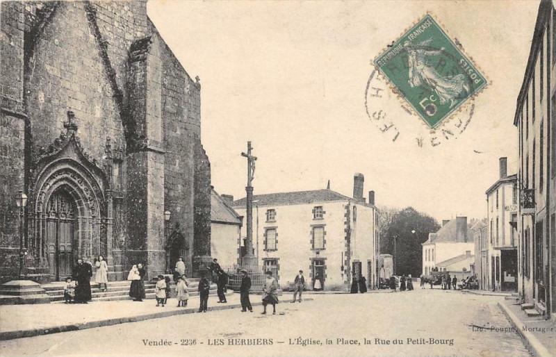 Carte postale ancienne Les Herbiers L'Eglise La Place Rue Du Petit Bourg aux Herbiers