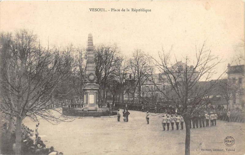 Carte postale ancienne Vesoul Place De La Republique à Vesoul