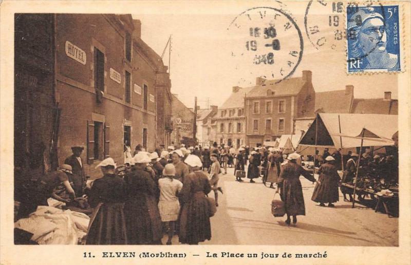 Carte postale ancienne Elven La Place Un Jour De Marche à Elven