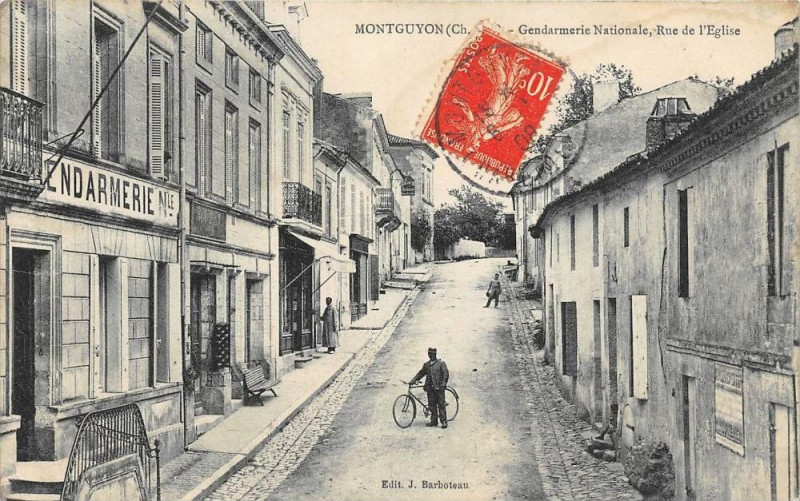 Carte postale ancienne Montguyon Gendarmerie Nationale Rue De L'Eglise à Montguyon