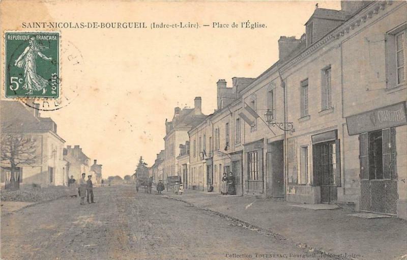 Carte postale ancienne Saint Nicolas De Bourgueil Place De L'Eglise à Bourgueil