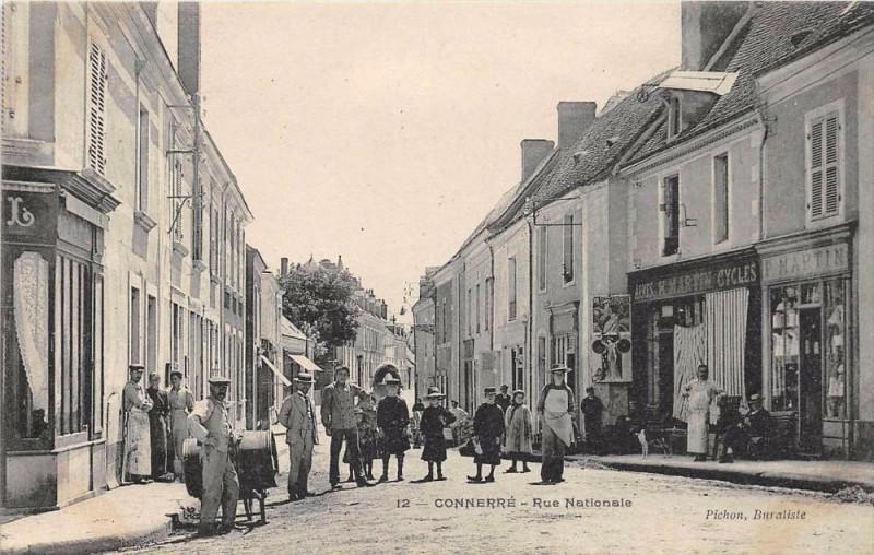 Carte postale ancienne Connerre Rue Nationale à Connerré