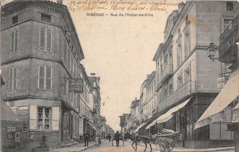 Carte postale ancienne Riberac Rue De L'Hotel De Ville (Attelage  cliché pas courant à Ribérac