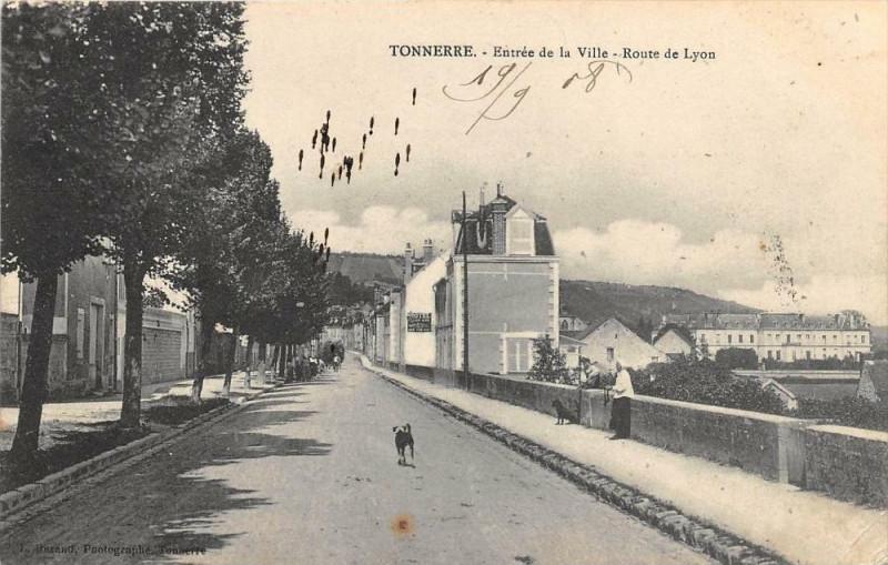 Carte postale ancienne Tonnerre Entree De La Ville Route De Lyon à Tonnerre